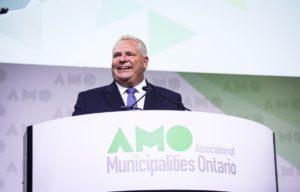 Doug Ford confirme les réductions de transferts aux municipalités au congrès de l'AMO